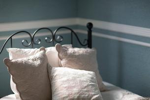 アイアンのベッドと枕の写真素材 [FYI01727040]