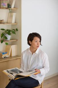 室内で本を読む女性の写真素材 [FYI01727073]