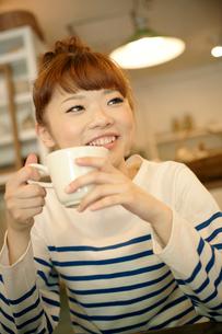 カフェでエスプレッソコーヒーを飲む女性の写真素材 [FYI01727126]