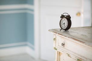 チェストの上に置かれた目覚まし時計の写真素材 [FYI01727133]