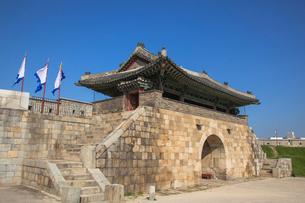 水原華城(スウォンファソン)の長安門の写真素材 [FYI01727224]
