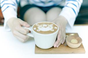 ラテ・アートされたエスプレッソコーヒーの写真素材 [FYI01727232]