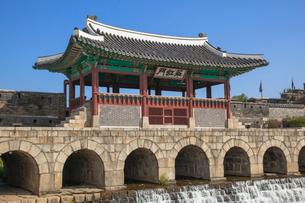 水原華城(スウォンファソン)の華虹門の写真素材 [FYI01727246]