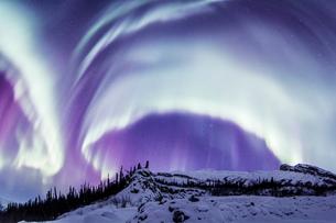 オーロラブレイクアップ(オーロラ爆発)と山々の写真素材 [FYI01727280]