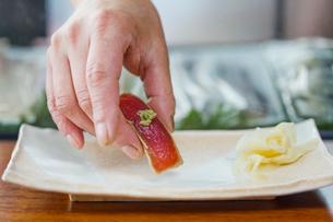 寿司を握る手元の写真素材 [FYI01727295]