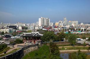水原華城(スウォンファソン)の訪花隋柳亭より市内の写真素材 [FYI01727307]