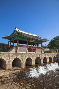 水原華城(スウォンファソン)の華虹門の写真素材 [FYI01727443]