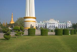 ヤンゴンのマハバンドゥーラ公園内にある独立記念塔の写真素材 [FYI01728664]