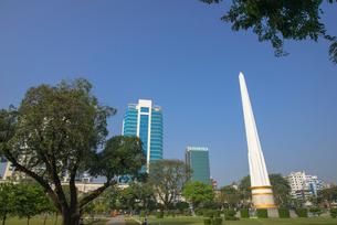 ヤンゴンのマハバンドゥーラ公園内にある独立記念塔の写真素材 [FYI01728761]