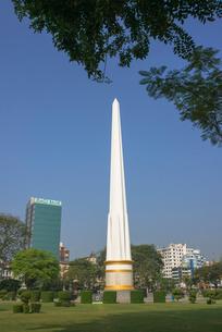 ヤンゴンのマハバンドゥーラ公園内にある独立記念塔の写真素材 [FYI01728837]