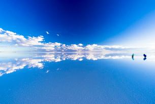 ミラーレイク・ウユニ塩湖の絶景の写真素材 [FYI01728988]