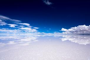 ミラーレイク・ウユニ塩湖の絶景の写真素材 [FYI01728991]