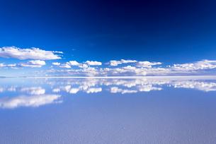ミラーレイク・ウユニ塩湖の絶景の写真素材 [FYI01729229]