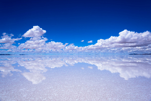 ミラーレイク・ウユニ塩湖の絶景の写真素材 [FYI01729252]