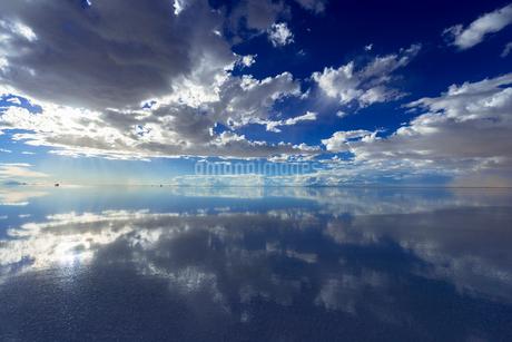 ミラーレイク・ウユニ塩湖の絶景の写真素材 [FYI01729395]