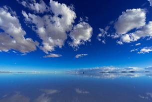 ミラーレイク・ウユニ塩湖の絶景の写真素材 [FYI01729406]