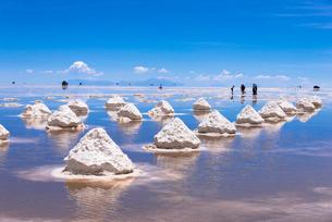 ウユニ塩湖の塩の採掘場の写真素材 [FYI01729427]
