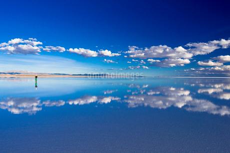 ミラーレイク・ウユニ塩湖の絶景の写真素材 [FYI01729533]