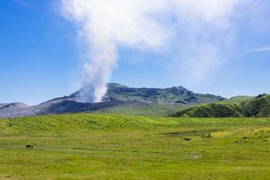 阿蘇山の噴煙の写真素材 [FYI01729577]
