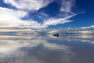 ミラーレイク・ウユニ塩湖の絶景の写真素材 [FYI01729712]