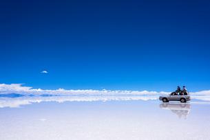 ミラーレイク・ウユニ塩湖の絶景の写真素材 [FYI01729746]