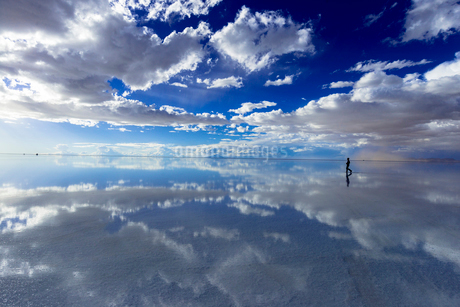 ミラーレイク・ウユニ塩湖の絶景の写真素材 [FYI01729764]