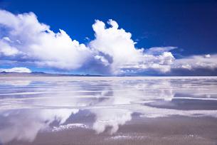 ミラーレイク・ウユニ塩湖の絶景の写真素材 [FYI01729795]