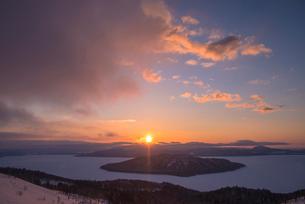 美幌峠より屈斜路湖の日の出の写真素材 [FYI01729840]