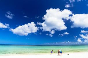 タモンビーチの海と雲の写真素材 [FYI01730248]