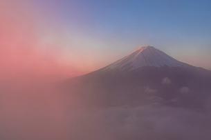 新道峠より朝の富士山の写真素材 [FYI01730553]