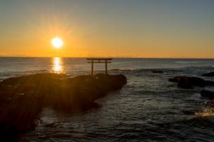 大洗海岸の神磯の鳥居に上る朝日の写真素材 [FYI01730646]