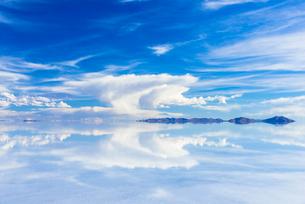 ミラーレイク・ウユニ塩湖の写真素材 [FYI01730656]