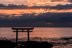 大洗海岸の神磯の鳥居に上る朝日の写真素材 [FYI01731220]