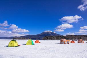 厳冬期の阿寒湖と雄阿寒岳の写真素材 [FYI01731835]