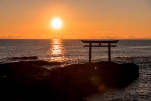 大洗海岸の神磯の鳥居に上る朝日の写真素材 [FYI01731919]