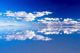 ミラーレイク・ウユニ塩湖の絶景の写真素材 [FYI01731967]