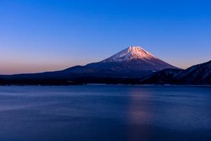 本栖湖より紅富士の写真素材 [FYI01732074]