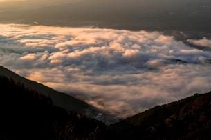 新道峠より朝の雲海の写真素材 [FYI01732148]
