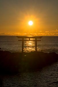 大洗海岸の神磯の鳥居に上る朝日の写真素材 [FYI01732159]