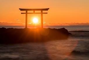 大洗海岸の神磯の鳥居に上る朝日の写真素材 [FYI01732364]