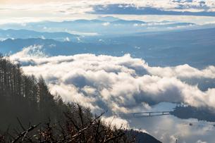 新道峠より朝の雲海の写真素材 [FYI01732408]