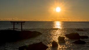 大洗海岸の神磯の鳥居に上る朝日の写真素材 [FYI01732441]