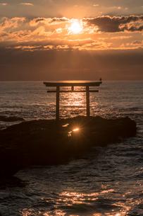 大洗海岸の神磯の鳥居に上る朝日の写真素材 [FYI01732495]