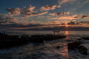 未明の大洗海岸・神磯の鳥居の写真素材 [FYI01732538]