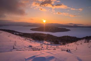美幌峠より屈斜路湖の日の出の写真素材 [FYI01732609]