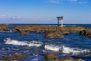 大洗海岸の神磯の鳥居の写真素材 [FYI01732687]