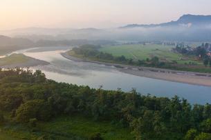 朝の信濃川と越後三山方面の写真素材 [FYI01732867]