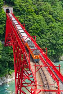 新山彦橋を行く黒部峡谷鉄道の写真素材 [FYI01732896]