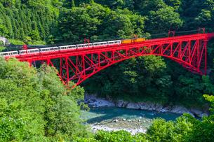 新山彦橋を行く黒部峡谷鉄道の写真素材 [FYI01732913]