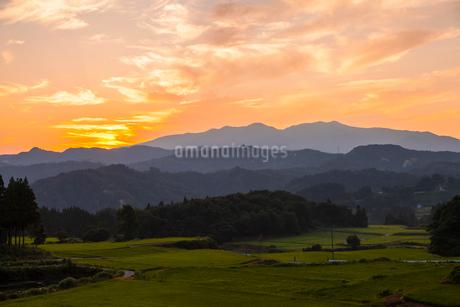 杜々の森より望む朝の守門岳の写真素材 [FYI01732934]